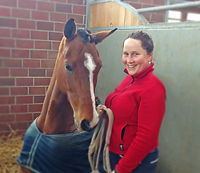 Anne Ressman mit einem sitzendem Pferd