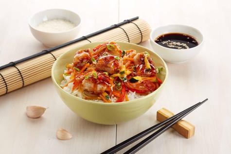 Курица с рисом и овощами в остро-сладком соусе