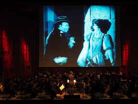 バービカン・センター: オーケストラの生演奏と無声映画「オペラ座の怪人」公演