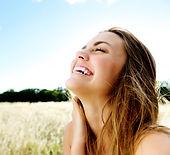 atua principalmente na correção das desarmonias dentais a fim de recuperar a beleza do sorriso.