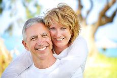 aparelhos fixos ou removíveis que são colocados na cavidade bucal para substituir a perda de um ou de vários dentes