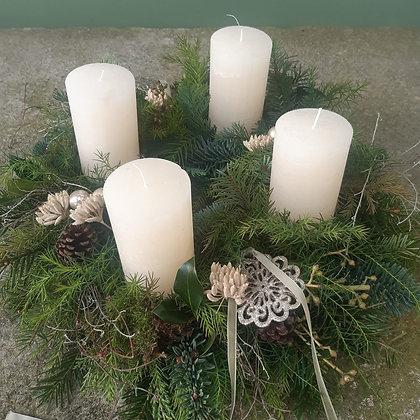 Adventkranz  weiß gesteckt, ca. 40 cm, Kerzen durchgefärbt