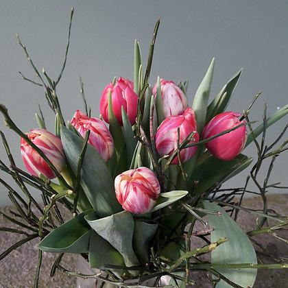 Tulpenstrauß mit Heidlbeergrün; Höhe ca. 40cm