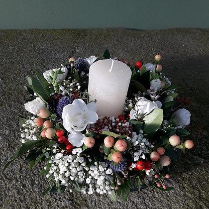 Blütenkranz klein, mit Teller und Kerze; ca. 20cm Durchmesser