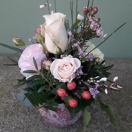 Gesteck mit rosa Rose im Topf; Höhe ca. 20cm
