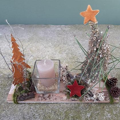Kerzenglas, weihnachtlich; auf Holzbrett, ca. 30cm lang