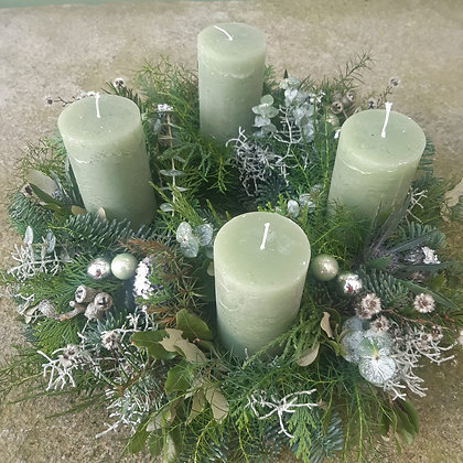 Adventkranz grün, gesteckt; ca. 40 cm, durchgefäbte Kerzen