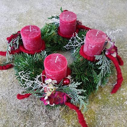 Adventkranz dunkelrot, dekoriert; ca. 25cm, durchgefärbte Kerzen