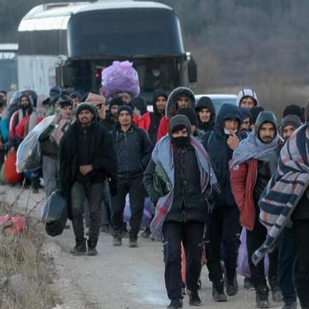 Stotine migranata kod Bihaća u autobusima još čekaju rješenje gdje će biti smješteni