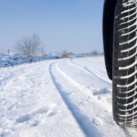 Zbog snijega otežano odvijanje saobraćaja na brojnim dionicama