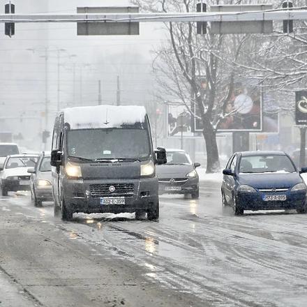 Prohodnost većine putnih pravaca u BiH je dobra, sniježni nanosi zbog udara