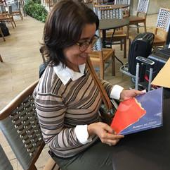 Edileila Portes com o primeiro exemplar