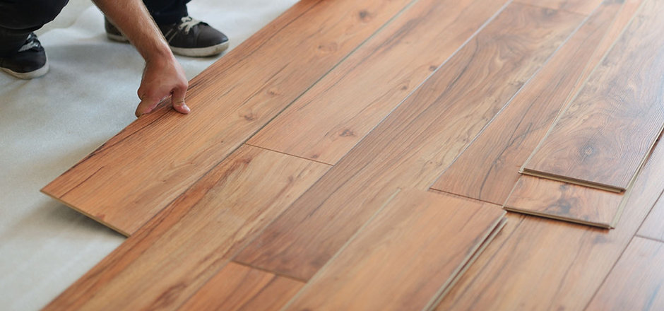 homeguide-contractor-installing-laminate