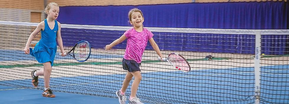 Tennisflickor vid nätet 2500 x 900.jpeg