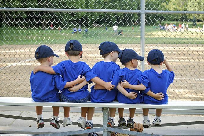 boys_baseball_team_istock_friends_hug.jp