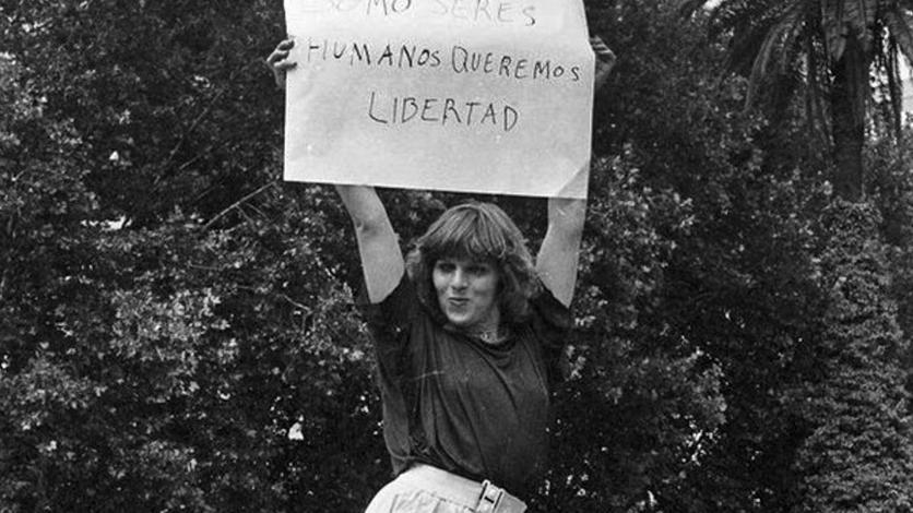 Protesta en Plaza de Mayo contra la violencia policial y en reclamo de la derogación de los edictos policiales, tras la muerte de una compañera atropellada en Panamericana. Año 1986 (Gentileza Archivo de la Memoria Trans).