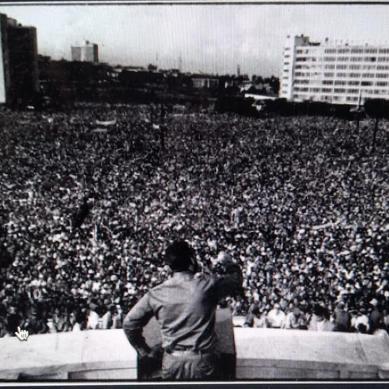 Una foto histórica: Fidel Castro leyendo la Primera Declaración de La Habana ante un millón de cubanos y cubanas el 2 de septiembre de 1960, en  la Plaza de la Revolución José Martí ( Fuente: HSFT)