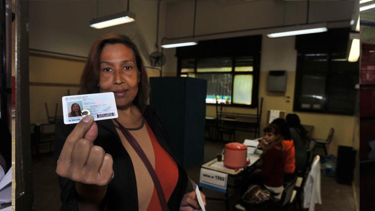 Lohana vota por primera vez el 27 de octubre de 2013 (Télam)