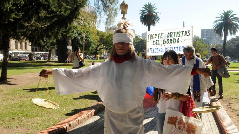 El Frente de Artistas del Borda realizando una intervención artística en del Hospital. Foto Télam