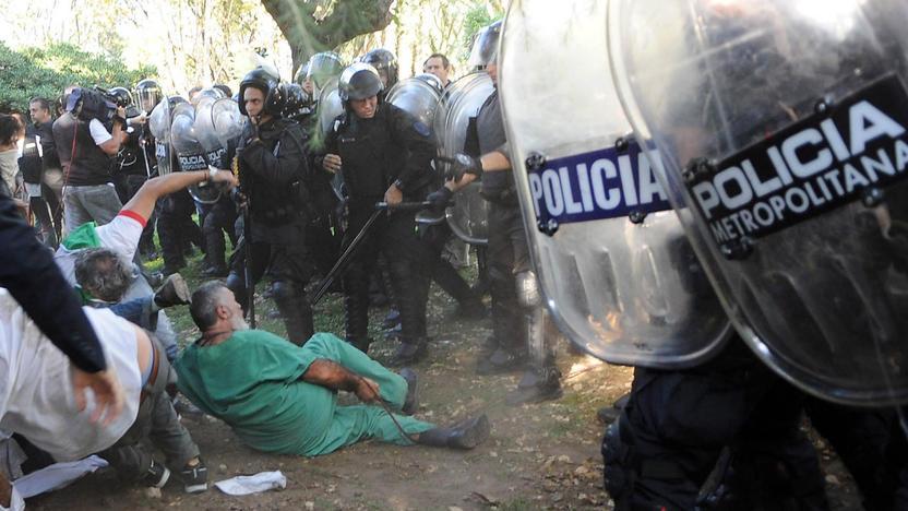 Represión de la Policía Metropolitana contra pacientes y personal del Borda el 27 de abril de 2013. Foto Télam