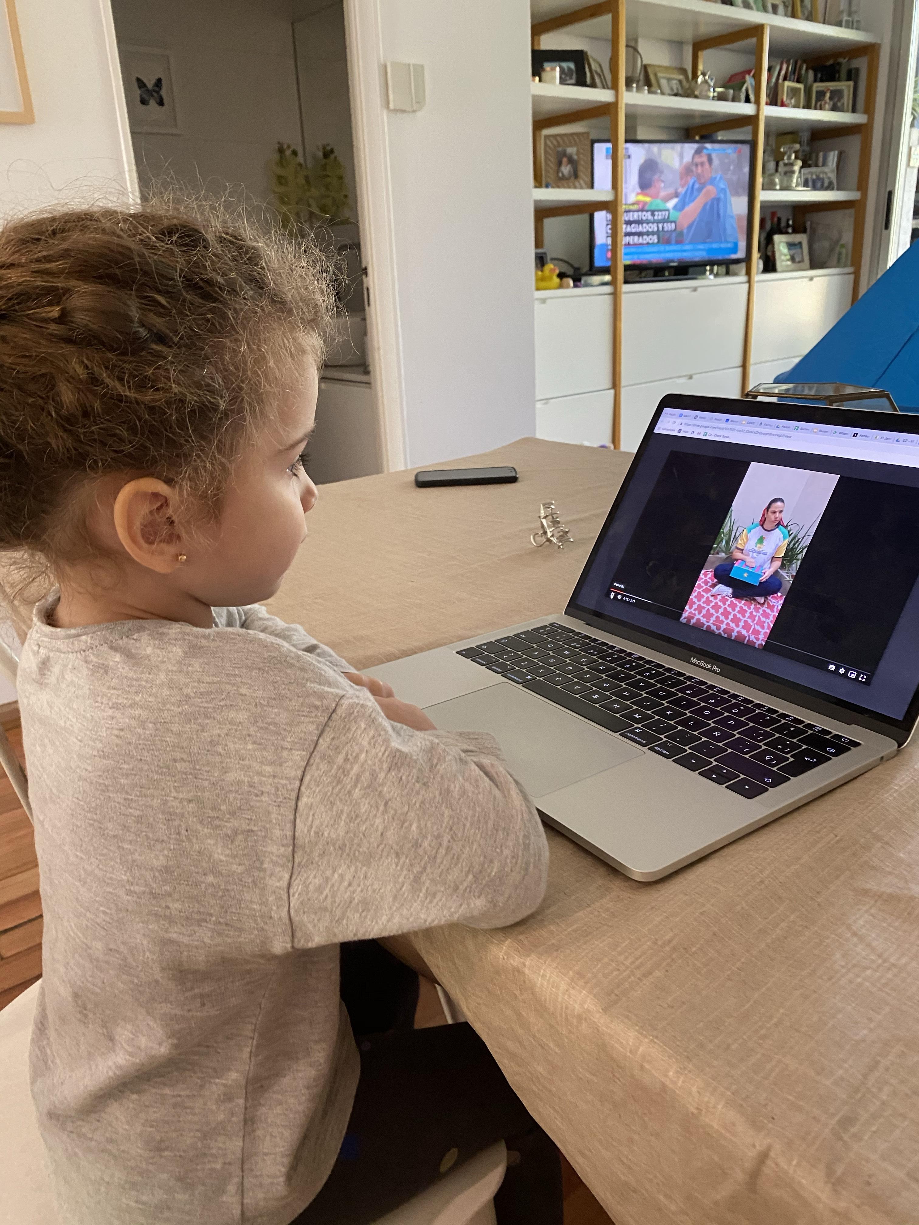 Olivia mirando video de sus maestras
