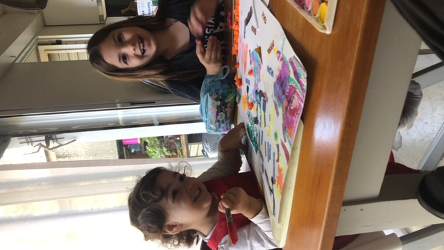 Gala haciendo collage con su hermana Ind