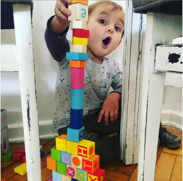 Mateo construyendo