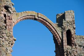 Arch in Lindisfarne Priory.JPG