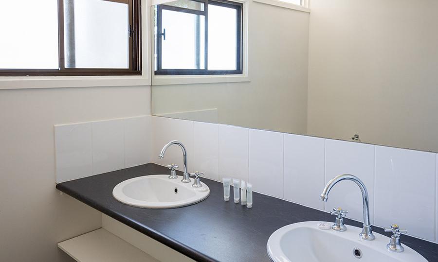 motel-1-bathroom.jpg