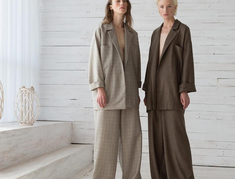 Костюм в расслабленном стиле: жакет под пояс и длинные брюки на кулиске