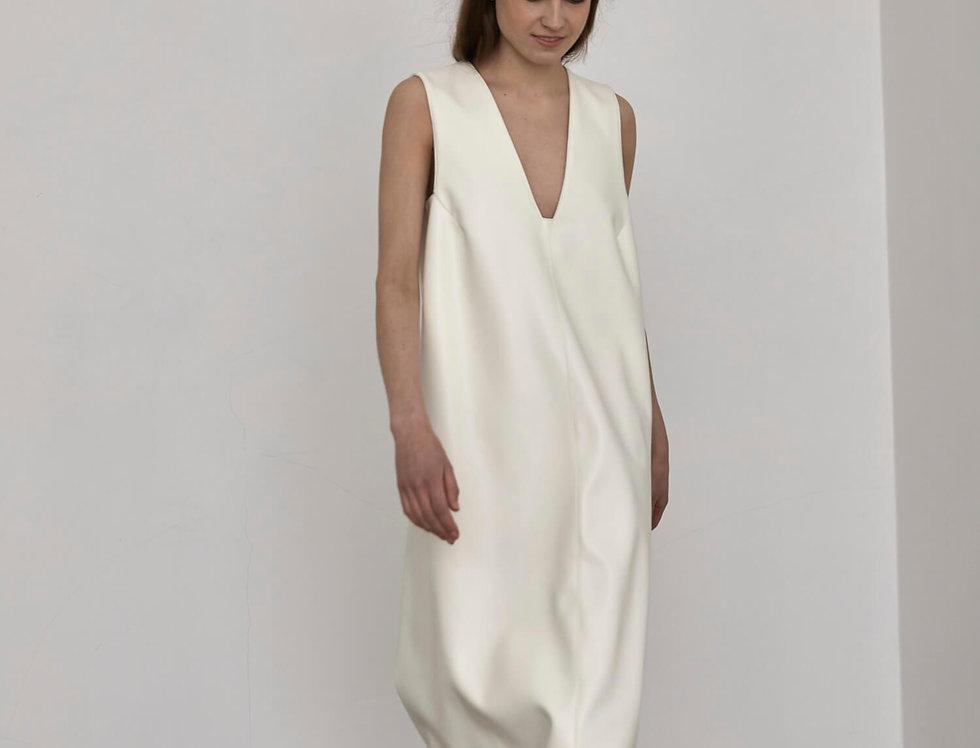 Платье из экокожи без боковых швов с вырезом на груди, молоко