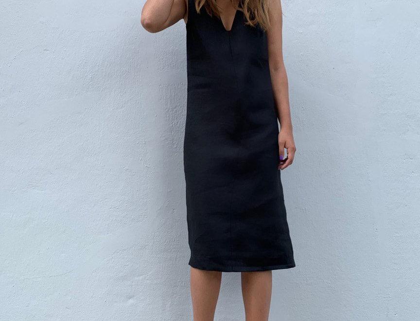 Платье без боковых швов с вырезом на груди, черный лен