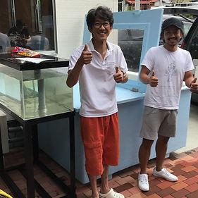 HONUMI大阪の松上代表と活イカのFRP特注生簀、出張設置。