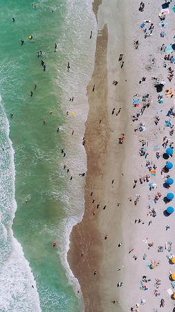 toeristen aan het strand