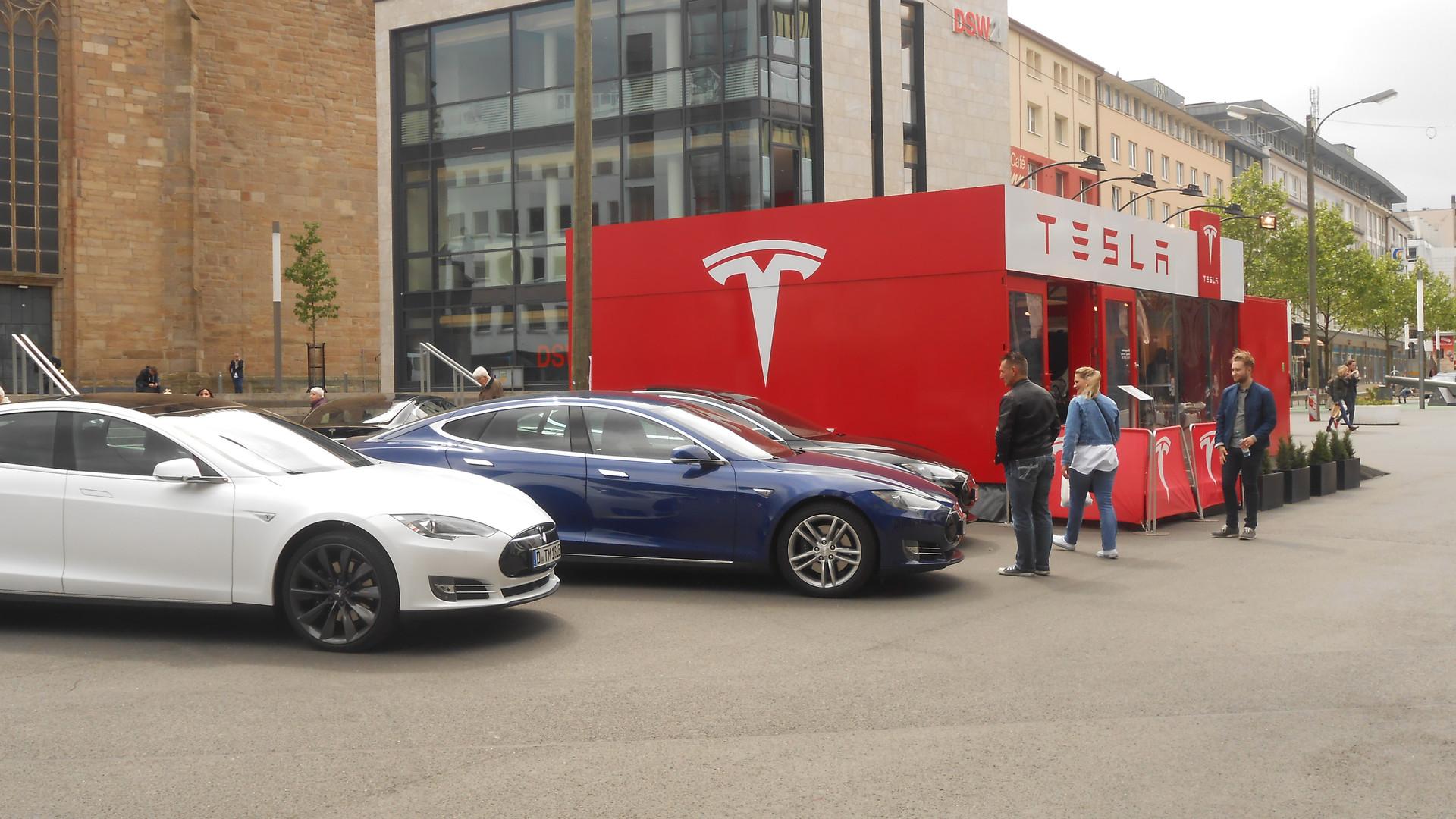 Tesla-Stand_Dortmund_(2).jpg