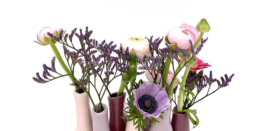 Minivase mit Blumen der Saison