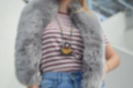 Uma mulher vestindo camisa listrada