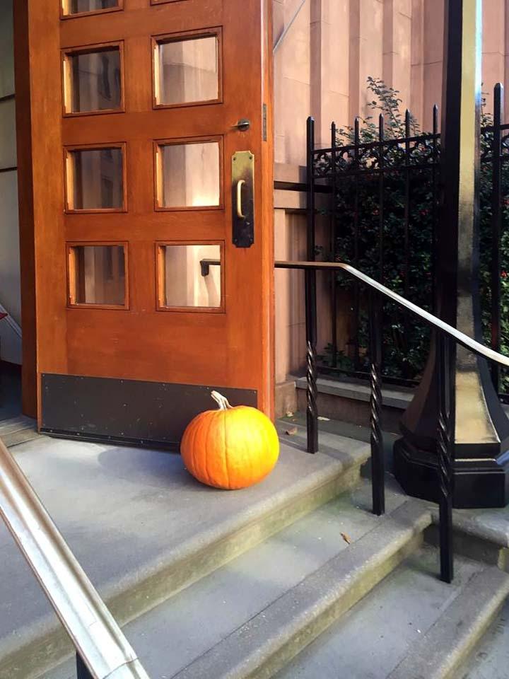 trickortreating-door-pumpkin