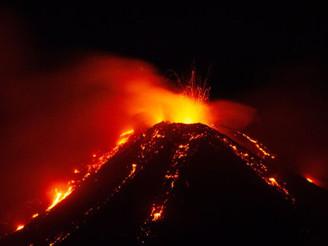 İzlanda'da Volkanik Lav Püskürmeye Başladı!
