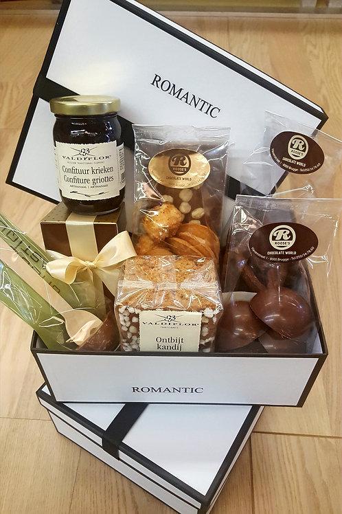 """Kleine doos """"Romantic"""" rijkelijk gevuld met delicatessen."""
