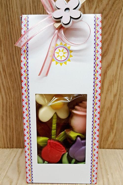 karton zakje gevuld met chocolade bloemen