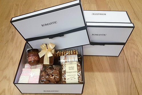"""Grote doos """"Romantic"""" met delicatessen."""