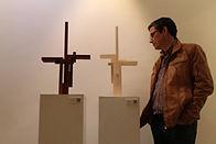 José Antonio Cuadrado observando sus esculturas