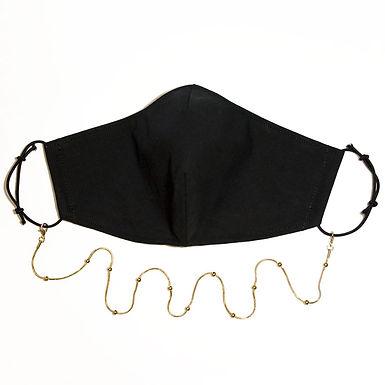 Schlichte Maske mit edler Perlen-Kette