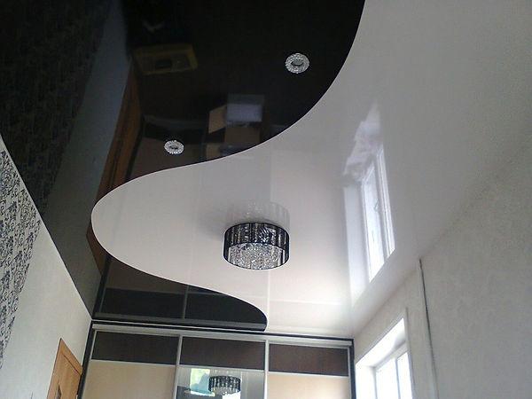 Парящий натяжной потолок в гостиной Сыкт