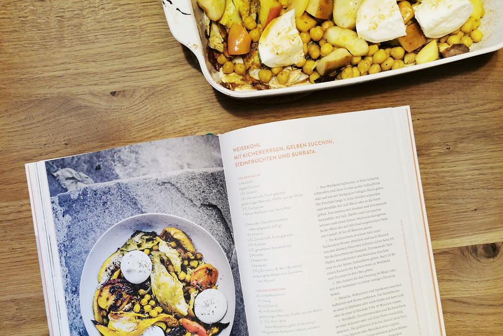 Rezept: Weisskohl mit Kichererbsen, gelben Zucchini, Steinfrüchten und Burrata (Nicole Giger)