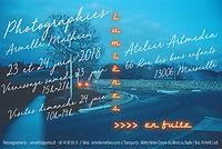 Affiche exposition lumières en fuite fond crépuscule bleu et voiture carrefour