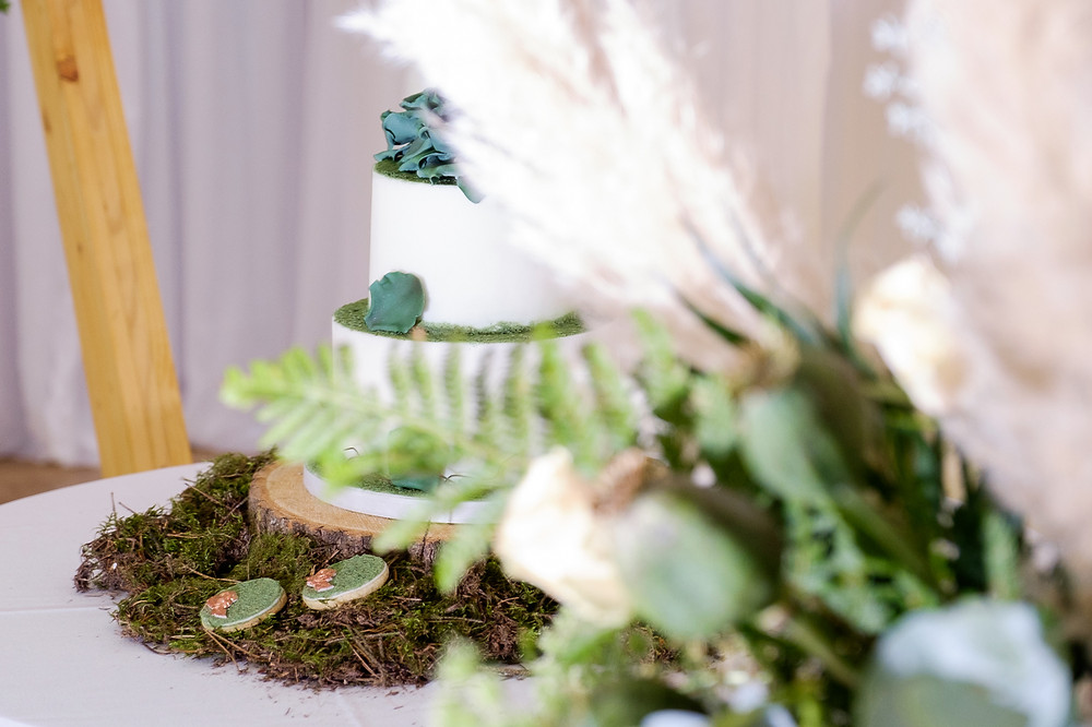 moss wedding cake