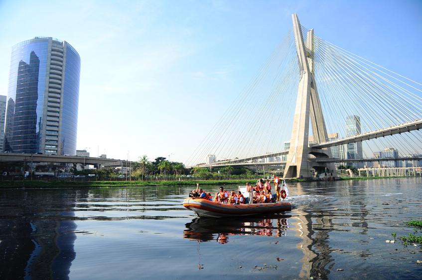 O Rio Pinheiros, em São Paulo, recebeu um passeio aberto à população para inspirar não apenas os participantes, mas toda a população nacional sobre a importância da limpeza dos rios.