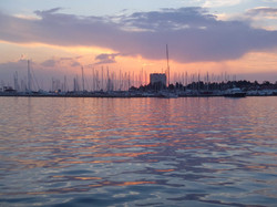 Solnedgang bag den eneste bygning i havnen.jpg
